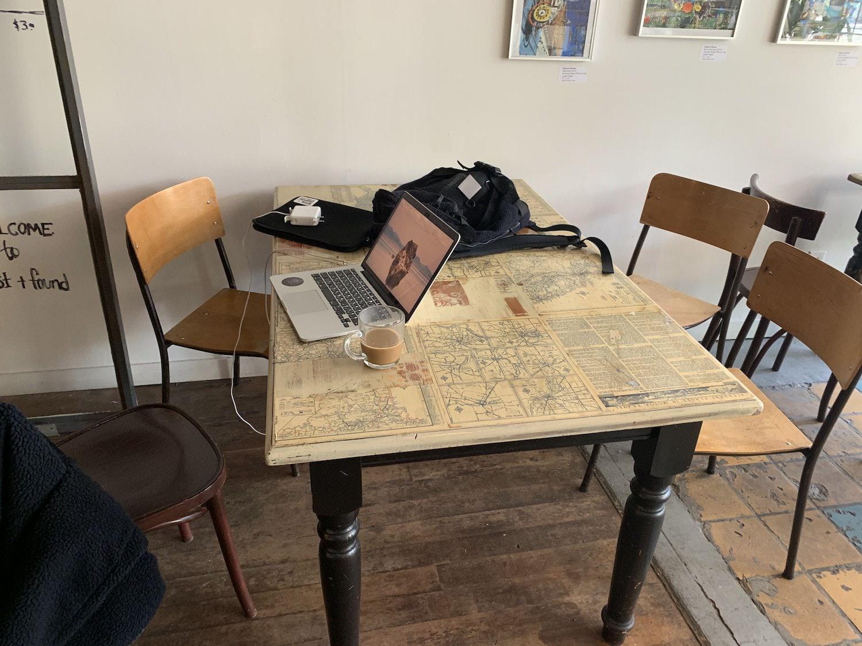 カフェで作業中